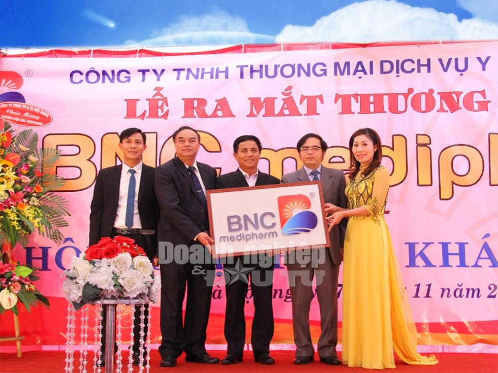 Luật gia Tô Hoài Nam cùng Ban lãnh đạo Công ty Bình Nghĩa công bố thương hiệu BNC Medipharm