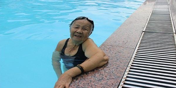 Bơi tốt cho người thoái hóa khớp gối
